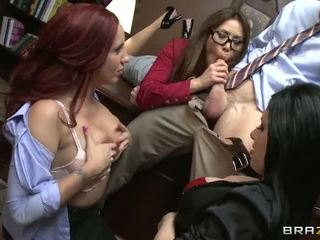 Johnny gets sucked qua ba nóng babes video