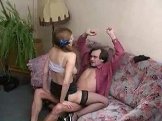 Amateur adolescente en calcetas sucks y fucks más viejo guy