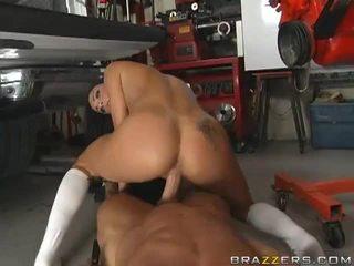 Σέξι μελαχρινός/ή gets πατήσαμε από ένα mechanic's βίντεο