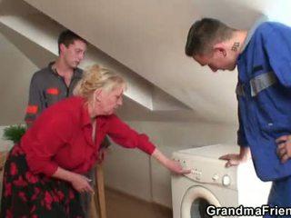 Two repairmen saham berpayu dara besar nenek