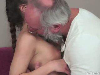 Teenie anita bellini gets fodido por um avô