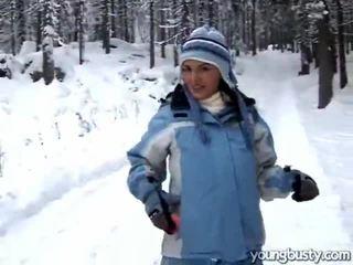 Morena masturbação em o snow