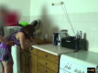 Step-mom kraft gefickt und erhalten sahnetorte von step-son während sie ist stuck