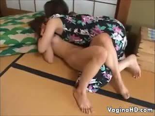 Doux asiatique fille orgasms pour la première temps