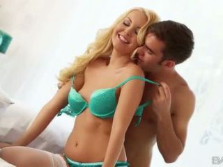 Krāšņa blondīne aaliyah mīlestība doggy jāšanās