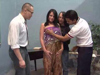 Três sortudo guys licking um bela indiana esposa