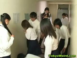 Ιαπωνικό schoolgirls stripped και χουφτωμένος/η βίντεο