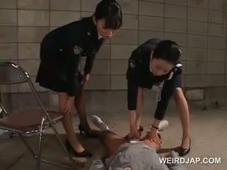 Pöcs starved ázsiai rendőr nők giving faszverés -ban börtön