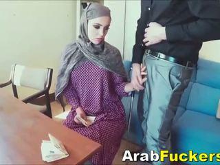 Arab meitene meklē par darbs pieviltas stāšanās jāšanās