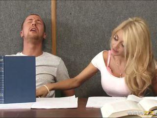 Đập một sừng cô gái tóc vàng trong lớp học