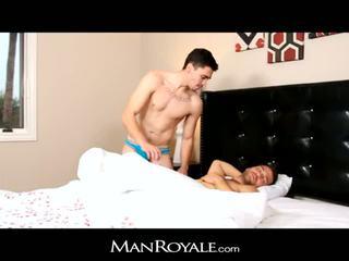 Manroyale berambut lebat lelaki wakes sehingga kepada besar tamparan j