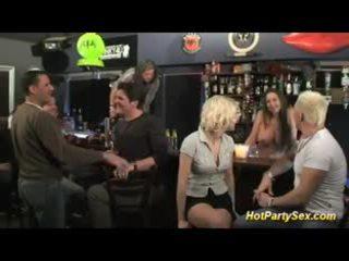 Blondinke veliko oprsje prasica je the glavni attraction od the bar
