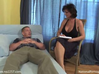 Krūtainas mammīte shags ar viņai jauns uzbudinātas pacients