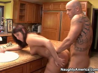 एज्ड has thang onto किचन counter