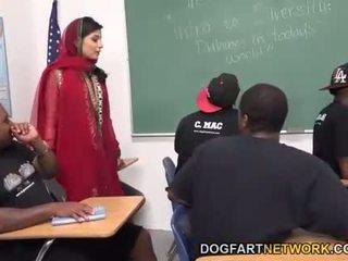 Nadia ali learns bis griff ein bunch von schwarz cocks
