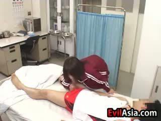 Aasia tüdruk gives a suhuvõtmine juures a haigla