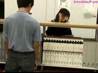 Skolejente getting henne fitte rubbed ved den bibliotek