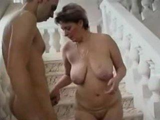 Възрастни жена и млад мъж - 11
