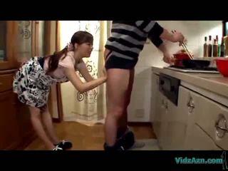 Asijské dívka licking guy asshole giving výstřik připojenými opčními na ústa v the kuchyně
