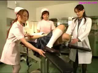 Muñeca getting su puss examinted con espéculo licked por doctor melones rubbed por 2 nurses en la operación habitación