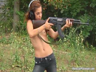Shooting guns 近 由 一些 avid fool