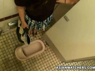Warga asia gadis sekolah masturbates dalam beliau schools bilik mandi