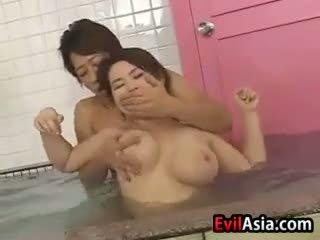 Azjatyckie cycek pieprzyć w the sauna