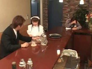חזה גדול יפני מלצרית מזוין ב ציבורי