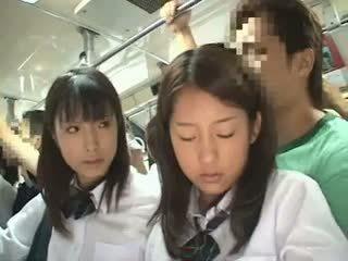 Two schoolgirls meraba di sebuah bis