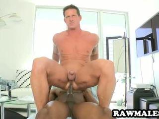 Orang hitam hunk fucks sebuah muscular tiang
