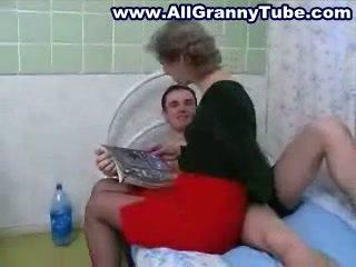 Grannyen och grandson knull