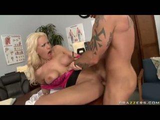 Sexbomb tanya james getting cô ấy bẩn cleft cracked qua một con quái vật jock