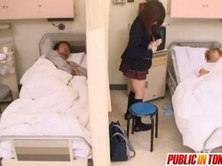 Tuhma japanilainen teinit gets perseestä sisään a sairaalan sänky