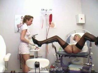 Ginecólogo examining