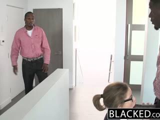 امرأة سمراء, الثدي الصغيرة, بي بي سي