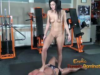 Abbie cat tramples päällä orja sisään farkut sitten alaston: hd porno b8