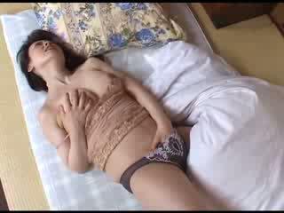 Jaapani emme masturbeerimine pärast vaatamine porno video