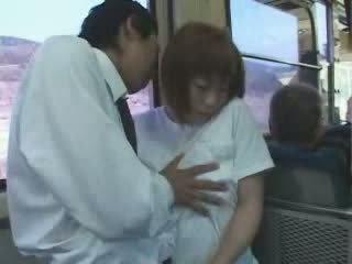 Madura japonesa pechugona mamá manoseada y follada en autobús vídeo