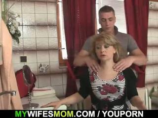 เขา cheats ด้วย ร้อน mother-in-law