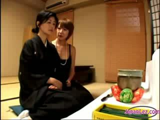 2 zreli widows poljubljanje rubbing melone ena od jim getting ji bradavičke sucked na the postelja