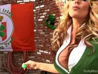 Матуся kelly madison lifts її petticoat для a ебать outdoors