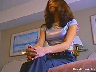امرأة سمراء, اللعب, بالكاد