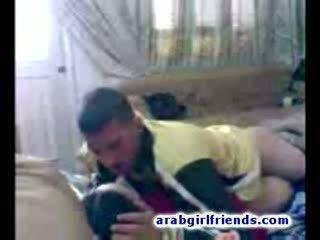 Turned na arabskie para iść niegrzeczne pieprzenie w gorące w domu