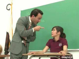 เด็กนักเรียนหญิง spanked และ วิปริต