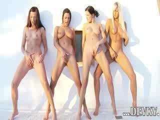 ארבעה לסבית dolls אצבוע יחד