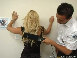 Policeman suche ein atemberaubend vollbusig blond und finding an dildo im sie arsch