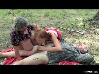 Vollbusig oma having spaß im die wald