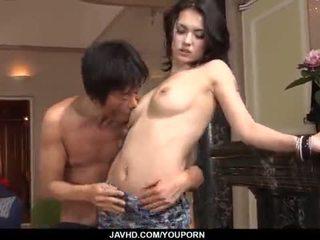 Hämmästyttävä maria ozawa receives two cocks sisäpuolella hänen