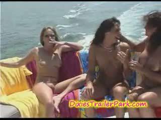 Gambar/video porno vulgar tukar-menukar pasangan pesta di itu kapal pesiar