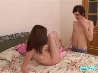 Fille gets baisée en une longue jupe sur cam